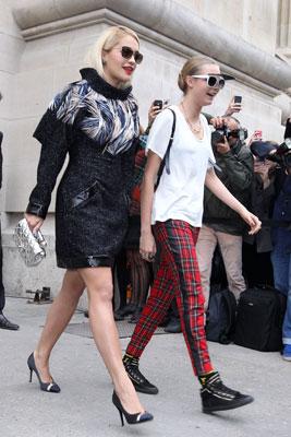 Cặp bày trùng Rita Ora và  Cara Delevingne tại show diễn của Chanel.