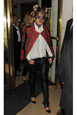 Với mặt nạ, quần legging da và chiếc áo khoác họa tiết tartan hầm hố, Rita Ora có vẻ đã sẳn sàng để tiệc tùng say sưa.