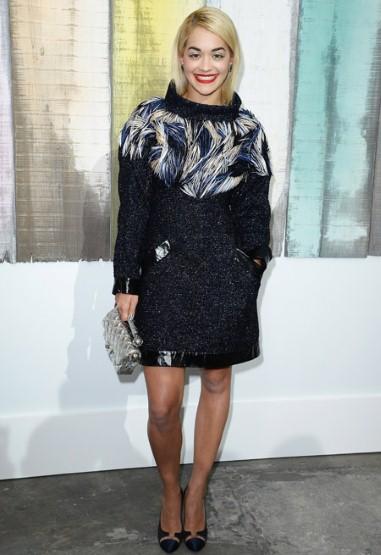 Với môi son đỏ quen thuộc, Ca sĩ Rita Ora không quên chọn phụ kiện Chanel khi đến xem show diễn của nhãn hiệu này.