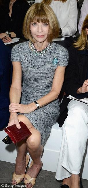 Tổng biên tập báo Vogue Anna Wintour thu hút ánh nhìn ở hàng ghế đầu trong bộ đầm vải tweed.