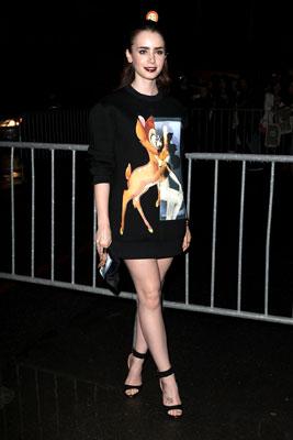 Tại show diễn của Givenchy, các sao đều ưa chuộng phong cách nổi loạn với những hình ảnh đặc trưng của thương hiệu  này. Diễn viên Hollywood Lily Collins chọn áo sweatshirt có hình Bambi.