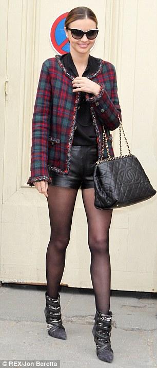 Miranda Kerr chọn vải tweed truyền thống của Chanel để chúc mừng show diễn thành công của Karl Lagerfeld.
