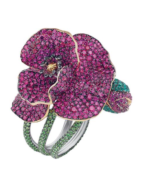 Nhẫn hoa bạch kim phủ hồng ngọc, lục bảo và kim cương màu nằm trong BST dành riêng cho thảm đỏ