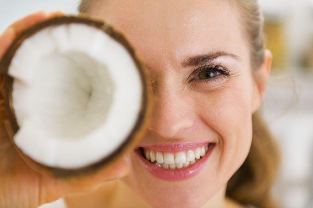Chăm sóc da mặt cùng với dầu dừa