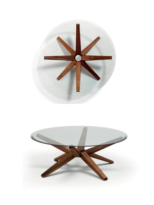 """Chiếc bàn chân hình sao của Strobel<br/>Trung tâm của chiếc bàn mang tên """"Star"""" này là điểm nút hình vòng tròn, có 8 thanh gỗ giống nhau xòe ra. Với liên kết tinh chế luân phiên lên trên và xuống dưới, các chân trụ hỗ trợ đỡ sức nặng của mặt kính tròn cùng một lúc. Các cạnh nghiêng vát xuống ở viền tấm kính rõ ràng tạo ra màu sắc quyến rũ và hiệu ứng ánh sáng."""
