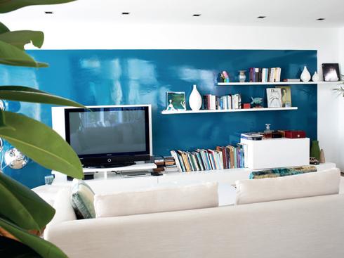 Bàn khách, gối sofa đan bằng cây liễu gai của Feeling Tropic. Sofa và đèn của nhà thiết kế người Anh Tom Dixon, mua tại Remix Decor.