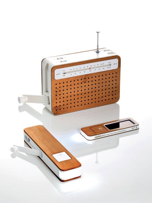 Thiết bị giải trí hiện đại không cần dùng điện<br/>Chiếc đài có tên Lexon Safe Radio được thiết kế bởi Pierre Garner/Elise Berthier. Bạn chỉ cần quay dynamo nạp 2 phút để nghe 30 phút. Có vỏ nhựa kết hợp với tre, chiếc radio này thực sự là sản phẩm thân thiện với môi trường. Tích hợp cổng line in cho MP3 và cổng ra cho tai nghe, chỉ nhỏ như một bao thuốc lá, chiếc đài này đích thực là một thiết bị giải trí di động.