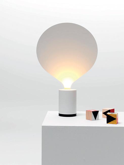 Đèn Balloon<br/>Chiếc đèn Balloon của NTK Uli Budde từ Berlin, Đức. Thoạt nhìn, chiếc đèn trông giống như một quả khinh khí cầu đang bay lên. Được lấy cảm hứng từ chiếc đèn dầu cổ và chân nến, Budde đã sử dụng chiếc đĩa mỏng để khuếch tán ánh sáng từ bên dưới, tạo ra ánh sáng gián tiếp ấm áp. Chiếc đèn này được làm từ nhôm phun sơn và nhựa màu trắng hoặc vàng.