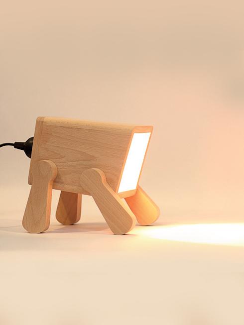 Đèn Frank của Pana Objects<br/>Đèn bàn lấy nguồn cảm hứng từ chú chó nhỏ dễ thương. Hiện đại và vui tươi, đèn Frank bổ sung ánh sáng hoàn hảo cho góc đọc sách hay làm việc có diện tích nhỏ.