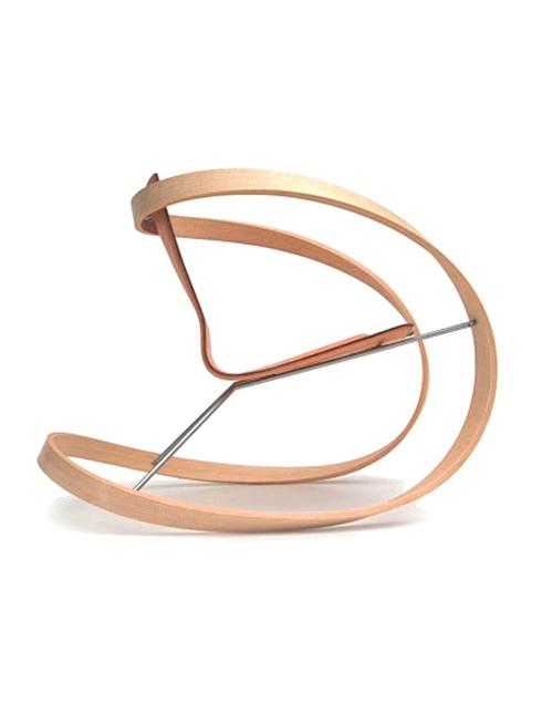 Lắc lư<br/>Chiếc ghế đung đưa Ribbon Rocking này do Katie Walker thiết kế. Về cơ bản, cấu tạo của nó chỉ có một dải gỗ gắn với một khung thép và mảnh da để tạo thành chỗ ngồi có dựa lưng. Với sự đơn giản và tinh tế, đây thực sự là món đồ nội thất có thể dễ dàng kết hợp trong mọi không gian.