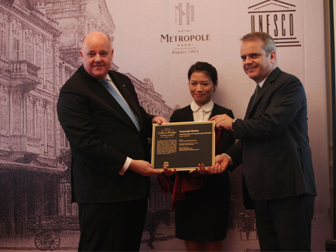 Tiến sĩ Tim Curtis, Trưởng ban Văn hóa của văn phòng UNESCO Bangkok trao Kỷ niệm chương cho ông Clive Scott – Tổng Giám đốc khách sạn Sofitel Legend Metropole Hà Nội