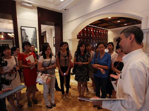 Các vị khách được tham quan căn hầm và được giới thiệu về lịch sử của căn hầm.