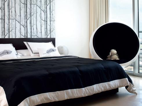 Ghế tròn của Eero Aarnio (1963) được đặt trong phòng cậu con trai.