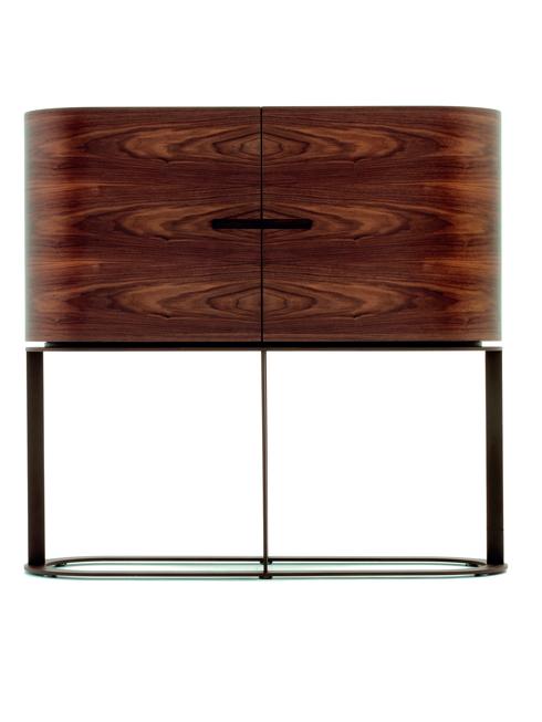 """Tủ kiêm quầy bar<br/>Chiếc tủ thấp """"Ino"""" này do Chi Wing Lo thiết kế với tiêu chí đơn giản, tinh tế và sang trọng. Với mặt tủ uốn cong được làm từ gỗ óc chó, chiều cao 1,345m, tủ còn có thể được sử dụng như một chiếc quầy bar mini lý tưởng."""