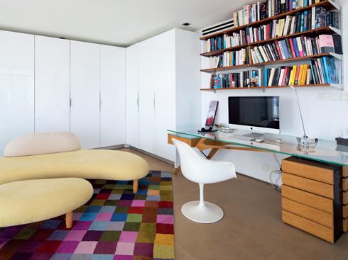 Trên lầu là một một văn phòng tuyệt đẹp với bộ ghế bọc nhung của Tom Dixon và thảm đa sắc từ BoConcept.