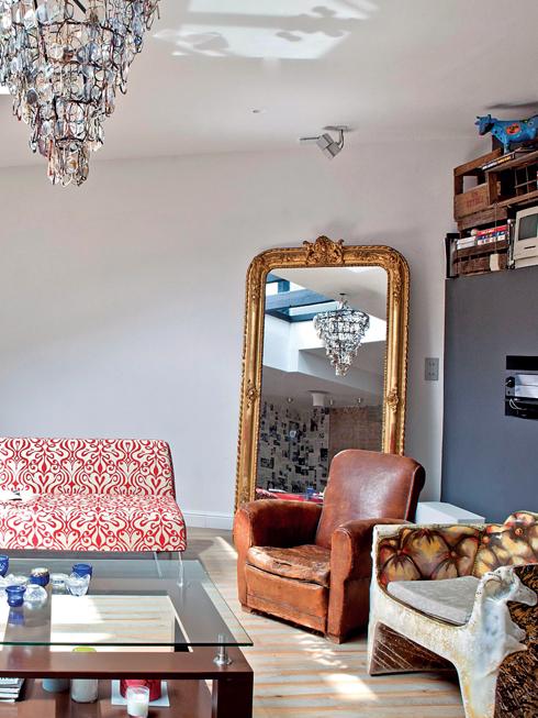 Phòng sinh hoạt chung, phòng ngủ và phòng xem TV được kết hợp trong cùng một không gian rất khéo léo.