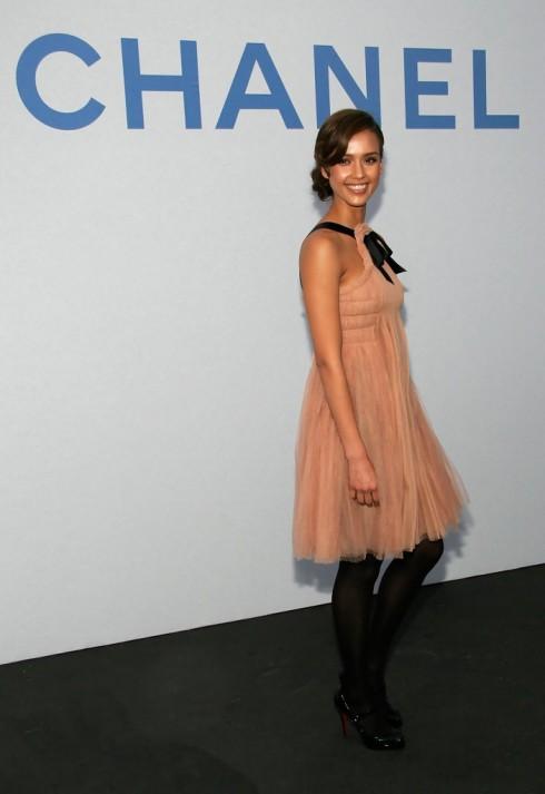 2007 - Jessica Alba tại bữa tiệc của Chanel, Santa Monica, California với chếc đầm voan xếp nếp cổ điển của thương hiệu này.