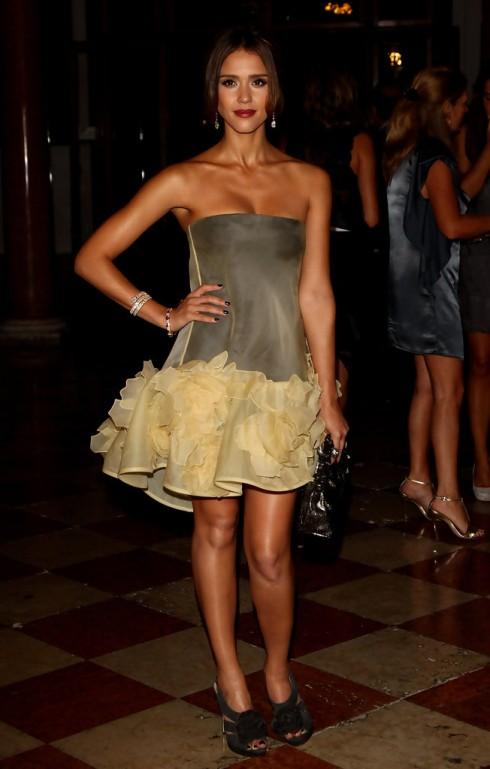 Tháng 8/2010 - Nữ diễn viên tham dự sự kiện Uomo Vogue,  Liên hoan phim Venice quốc tế lần thứ 67. Cô diện chiếc đầm  Valentino trang nhã với những đường xếp nếp phồng tinh tế.