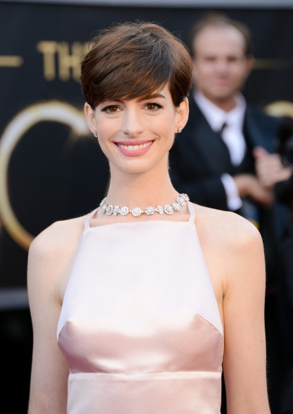 adds-anne-hathaway-oscars-red-carpet-academy-awards-6