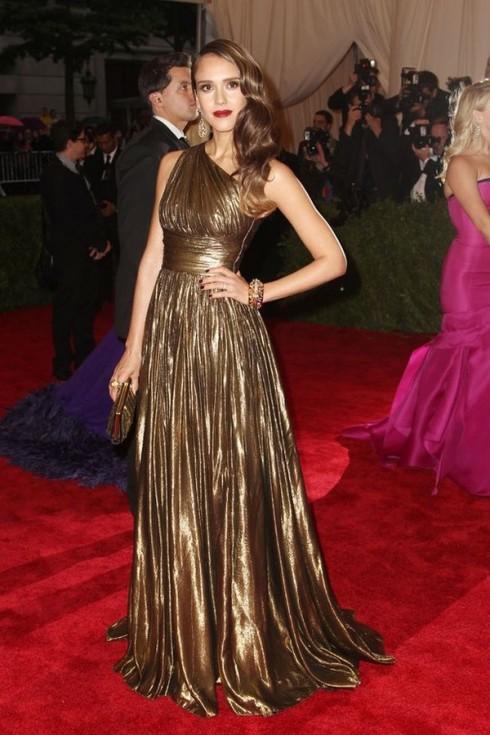 Tháng 5/2012 - Người đẹp xuất hiện tại Met Gala với chiếc váy lấp lánh ánh vàng của thương hiệu Michael Kors.