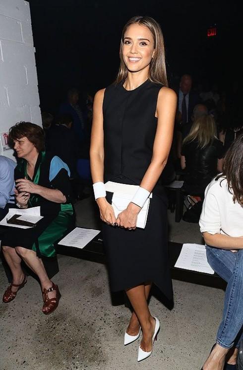 Tháng 9/2013 - người đẹp nước Mỹ tham dự show diễn của NTK Narciso Rodriguez tại Tuần lễ thời trang New York với váy đen, điểm nhấn là các phụ kiện trắng.