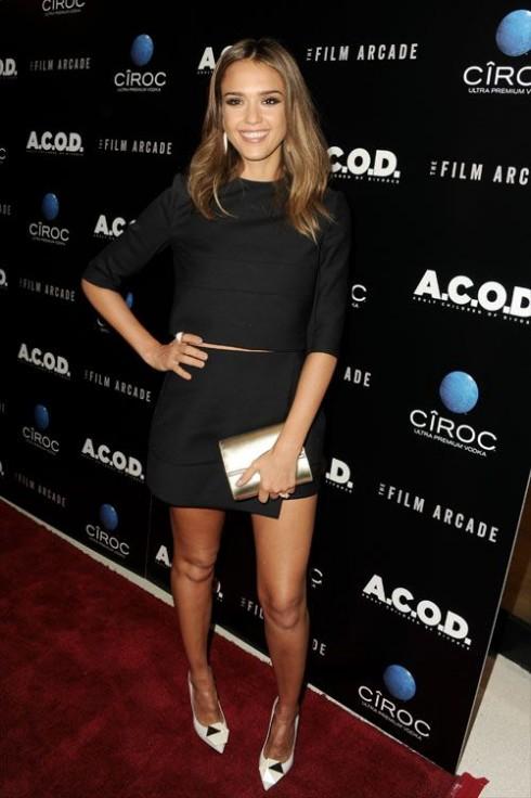 Tháng 9/2013, Jessica xuất hiện trên thảm đỏ Liên hoan Phim A.C.O.D với áo croptop và váy đen đồng bộ theo phong cách tối giản.