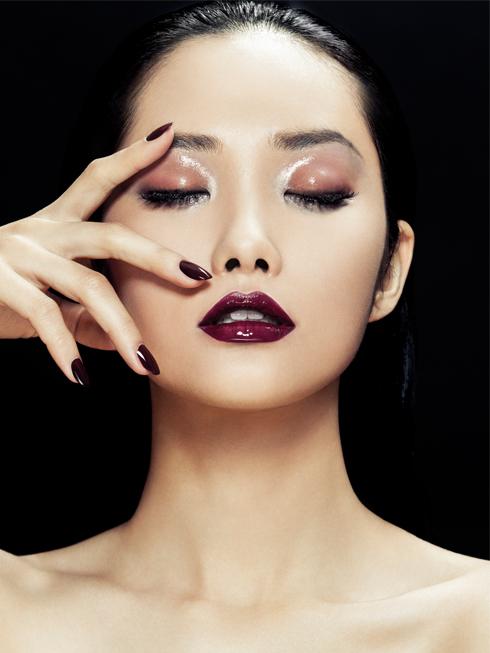 """Nếu chỉ được chọn một màu môi: hãy chọn đỏ bầm, tone màu đậm chất Thu Đông. Mùa này, bạn có thể biến hóa với """"color block"""" dành cho môi bằng cách sử dụng 2 tone màu gần nhau cho môi thêm sức hút."""