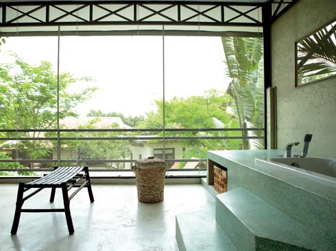 Khu vực phòng tắm Chiếc ghế băng dài bằng gỗ tre được sưu tầm từ một ngôi làng nhỏ ở Hà Nội và sửa chữa lại đôi chút.