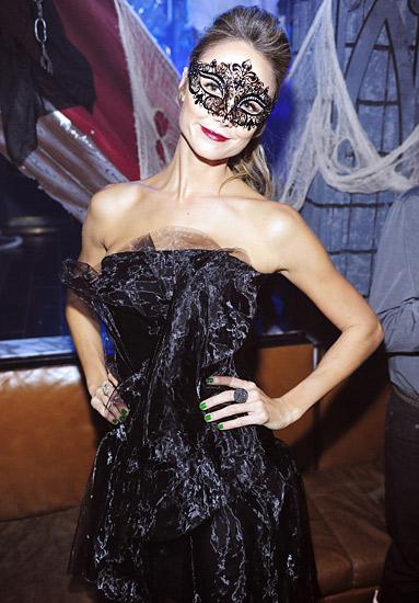 Stacy Keibler trông cực kỳ tinh tế với chiếc mặt nạ ren đen quyến rũ.