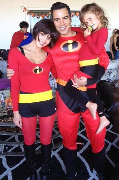 Jessica Alba, chồng Cash Warren và con gái Honor ăn mặc như các diễn viên của của Pixar The Incredibles.