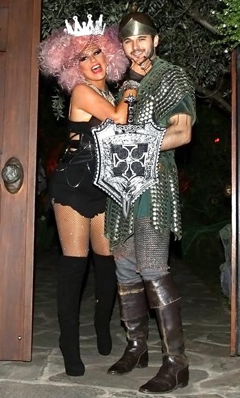 Christina Aguilera và bạn trai Matthew Rutler trở thành cặp tình nhân hiệp sỹ và công chúa.