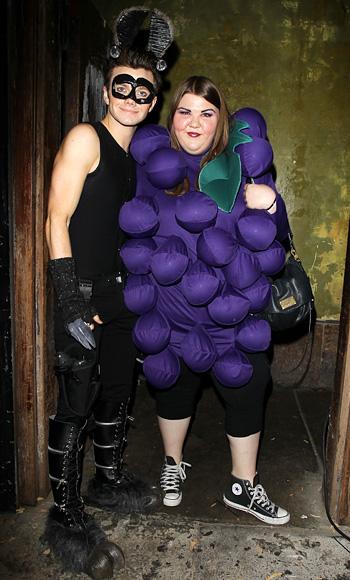Chris Colfer và Ashley Fink , ăn mặc như một sát thủ llama.