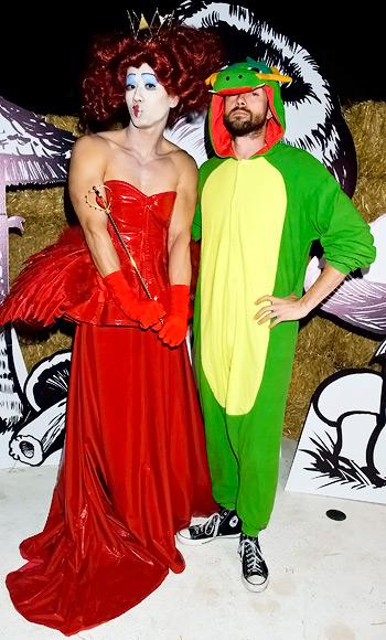 Topher Grace với hình ảnh con rồng xanh hài hước và Jared Eng hóa thành nữ hoàng.