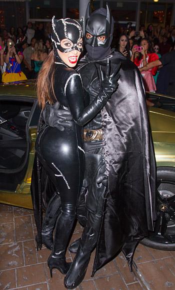 Kim Kardashian và Kanye West hóa thành Batman và Catwoman.