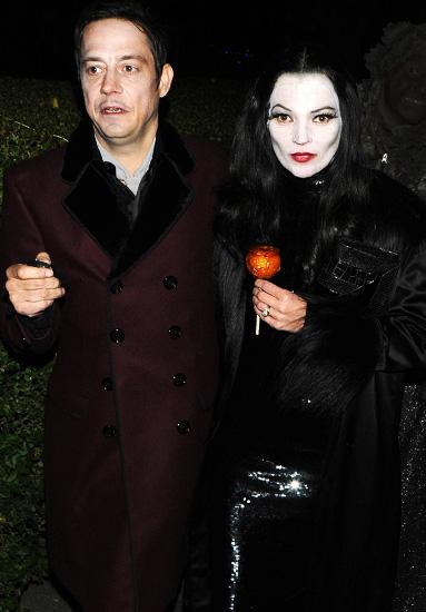 Kate Moss và chông Jamie Hince với trang phục như hai nhân vật chính trong bộ phim huyền thoại Gomez Addams.