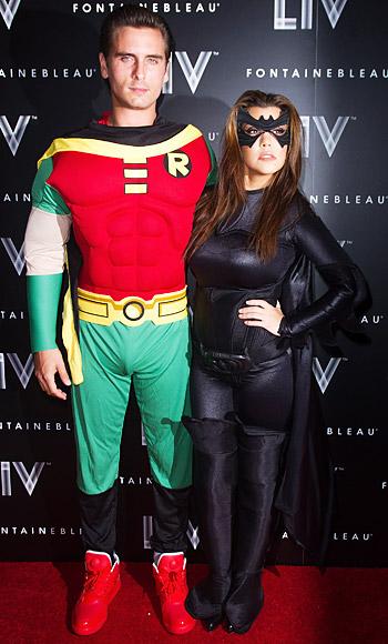 Kourtney Kardashian và Scott Disick với tạo hình Batman Robin và Batgirl đầy ấn tượng.