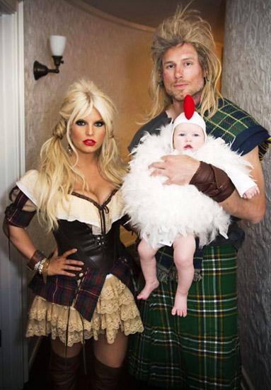 Jessica Simpson, cùng chồng Eric Wilson, và con gái Maxwell đúng là một fan của Braveheart với phong cách bộ tộc.