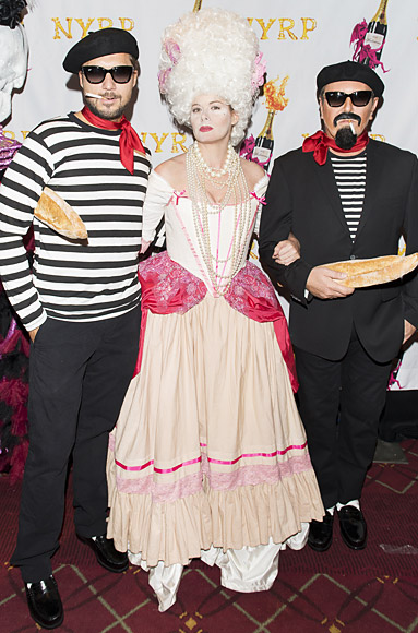 Lance LePere, Debra Messing và Michael Kors với trang phục đậm phong cách Pháp