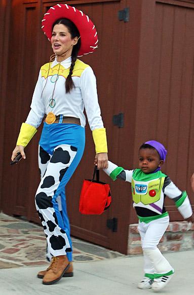 Sandra Bullock và cậu con trai Louis phối hợp trang phục của họ trong năm nay bằng cách mặc quần áo lên như Woody và Buzz Lightyear trong phim hoạt hình