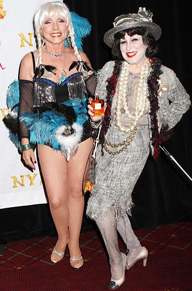 Bette Middler hóa thành Coco Chanel còn Debbie Harry ăn mặc như vũ công Moulin Rouge