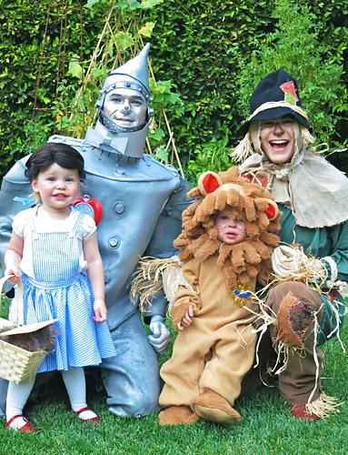 Neil Patrick Harris, David Burtka và cặp song sinh 2 tuổi Gideon và Harper đáng yêu trong trang phục dựa theo phim