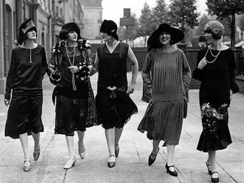 Chỉ một thời gian ngắn sau đó, váy flapper dần được xã hội chấp nhận. Chúng dành cho những cô gái có cá tính, yêu thích phong cách mạnh mẽ nhưng vẫn muốn giữ lại vẻ đẹp dịu dàng. Bạn có thể thấy hình ảnh chiếc đầm flapper được biến tấu thành đồng phục cho những nữ sinh, hay trang phục công sở.