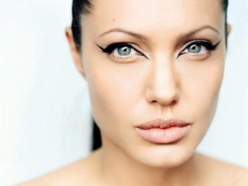 Angelina Jolie, phút trước mắt mèo cũng nàng tối đen, táo bạo, phút sau đã sang trọng, kiêu kỳ.
