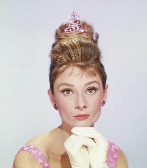Một mỹ nhân khác đưa mắt mèo vào lịch sử là Audrey Hepburn trong Bữa sáng tại Tiffany's. Đôi mắt như nhung hơi xếch lên một chút ở phần đuôi của Audrey hoàn hảo cho kiểu kẻ mắt này. Trong phim, tùy theo đang quay cảnh vào buổi sáng hay buổi tối mà chuyên gia trang điểm vẽ mắt nâu hay đen cho nàng, đi kèm bóng mắt cùng màu.