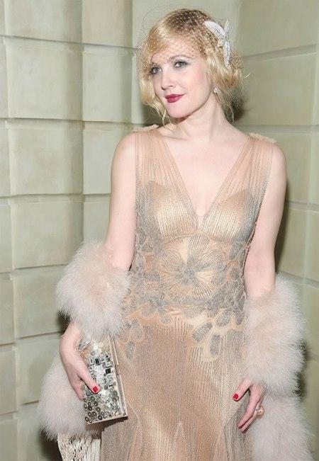 Drew Barrymore đẹp lộng lẫy trong chiếc đầm flapper bằng ren màu nude.