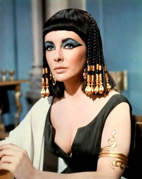 Elizabeth Taylor đã đi vào lịch sử điện ảnh với vai diễn nàng Cleopatra và đôi mắt mèo kẻ xếch cả hai mí. Lần đầu tiên người ta quên đi đôi lông mày rậm của nàng để chỉ còn nhớ đến đôi mắt mèo quyền lực và lộng lẫy.