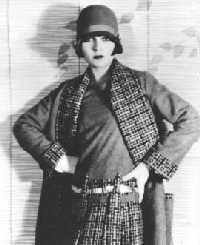 Sự kết hợp giữa váy flapper và mũ cloche trở thành đặc trưng của thời trang thập niên 20.