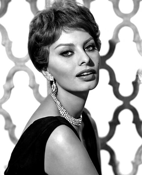 Sophia Loren nổi tiếng với việc kẻ màu đen ở mi mắt dưới để nhấn mạnh hình dáng đôi mắt quả hạnh của nàng. Nhan sắc rất Ý của nàng vẫn còn là nguồn cảm hứng cho đến ngày nay khi Dolce & Gabbana tái hiện lại vẻ đẹp gợi cảm ấy trong show diễn mùa Xuân vừa rồi.