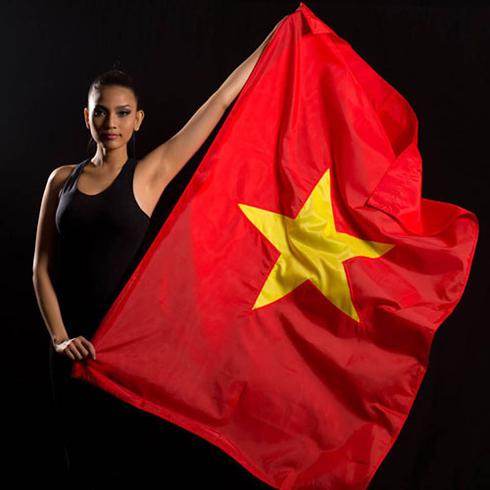 Trương Thị May chụp hình cùng cờ Việt Nam