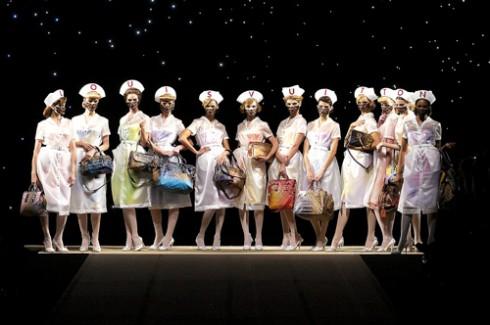 Louis Vuitton cũng điểm lại những mẫu thiết kế túi xách đa dạng của mình trên sàn diễn thời trang